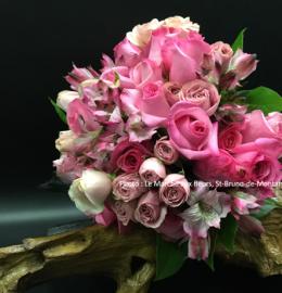 Bouquet de fleurs roses (roses, rosettes et lys du Pérou).