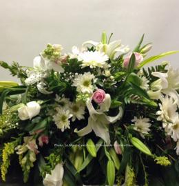 Coussin de cercueil Féminin. Composition florale champêtre dans les tons rose, jaune et blanc (roses, lys, marguerites, gerberas, solidagos, mufliers et verdures). De 220$ à 230$.