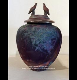 Urne en céramique aux tons rust de style classique aux 2 oiseaux (28 cm x 16 cm) - Modèle JD17